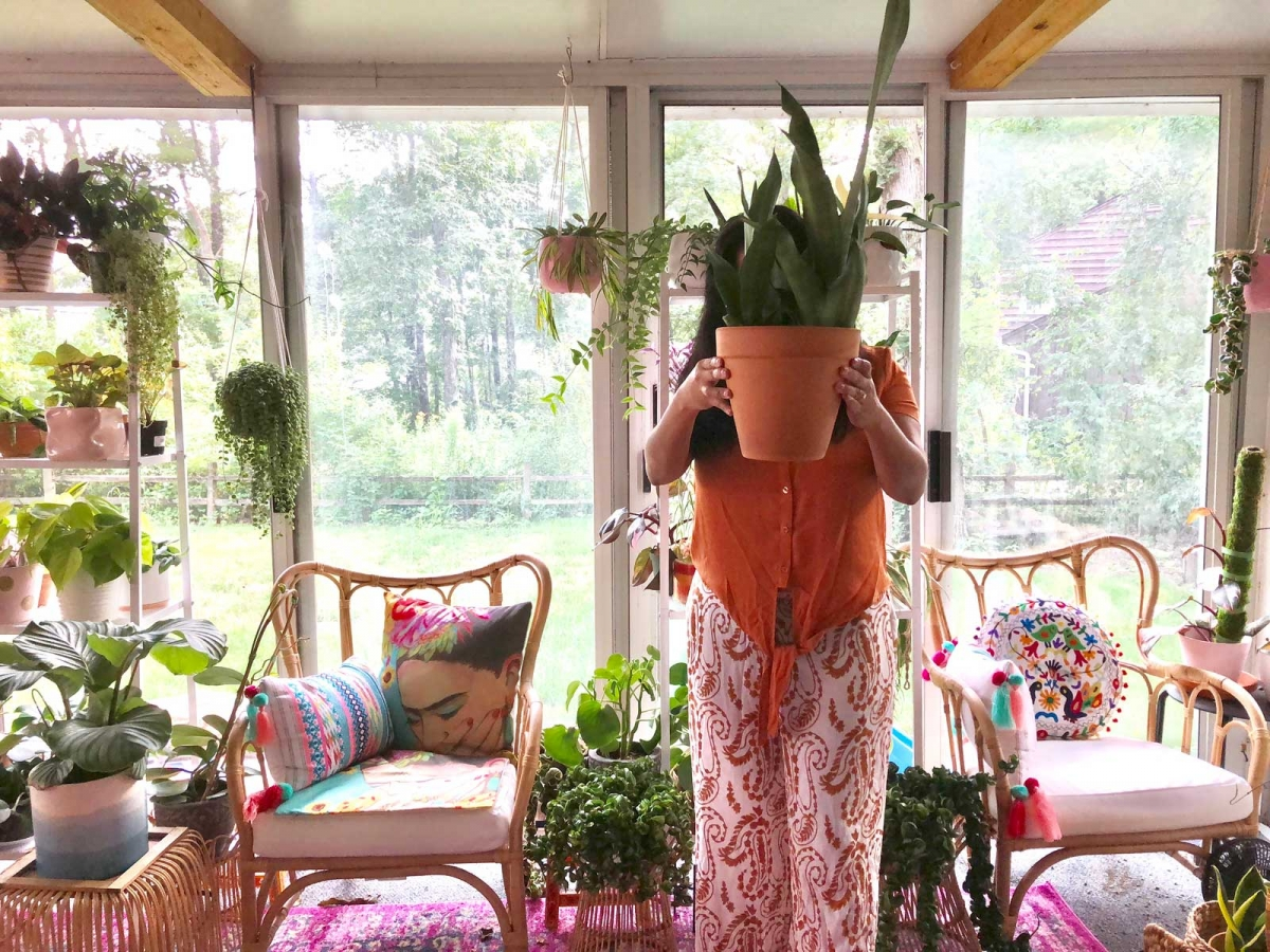 Eunice from @idrinkandigrowthings in her apartment
